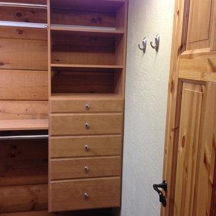 Imagen de armario vestidor unisex, rústico, de tamaño medio, con puertas de armario de madera oscura, armarios abiertos y moqueta