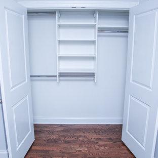 Foto de armario unisex, clásico, de tamaño medio, con armarios abiertos, puertas de armario blancas y suelo de madera oscura
