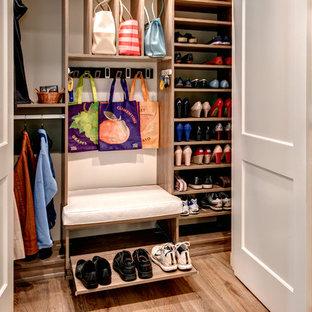 Modelo de armario unisex, tradicional renovado, de tamaño medio, con armarios con paneles lisos, puertas de armario marrones y suelo de madera clara