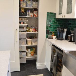 Inredning av en eklektisk garderob, med skåp i shakerstil, vita skåp, klinkergolv i keramik och grått golv