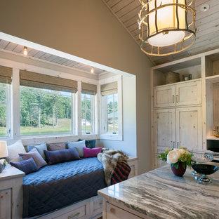 Idées déco pour un très grand dressing room montagne neutre avec un placard à porte shaker et des portes de placard en bois clair.
