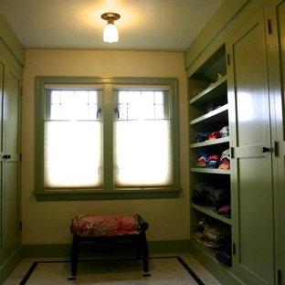 Idee per una grande cabina armadio unisex classica con ante con riquadro incassato, ante verdi e pavimento in marmo