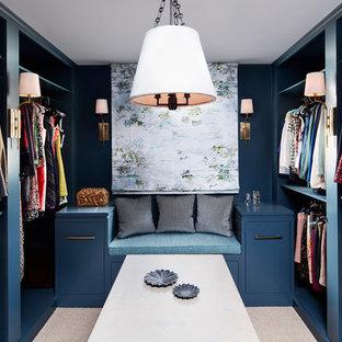 ニューヨークの女性用トランジショナルスタイルのおしゃれな収納・クローゼット (オープンシェルフ、青いキャビネット、カーペット敷き、ベージュの床) の写真