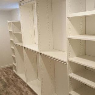 Imagen de armario vestidor unisex, clásico renovado, pequeño, con armarios abiertos, puertas de armario blancas y suelo de madera clara
