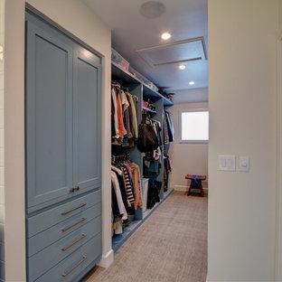 Imagen de vestidor clásico renovado, de tamaño medio, con armarios con paneles empotrados, puertas de armario azules, moqueta y suelo marrón