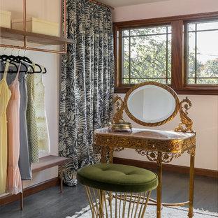Immagine di uno spazio per vestirsi per donna classico con nessun'anta, parquet scuro e pavimento grigio