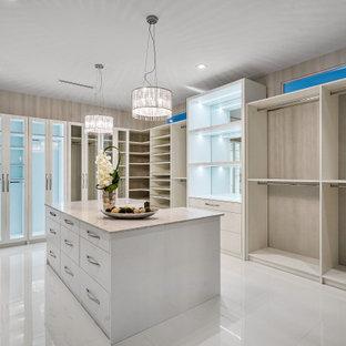 Foto de armario y vestidor unisex, actual, con armarios abiertos, puertas de armario blancas, suelo de mármol y suelo blanco