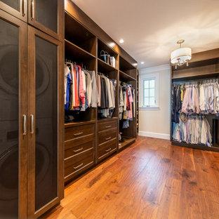 Imagen de armario vestidor unisex, tradicional renovado, grande, con armarios con paneles empotrados, puertas de armario marrones, suelo de madera en tonos medios y suelo marrón