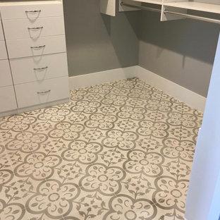 Ispirazione per una cabina armadio unisex contemporanea di medie dimensioni con ante lisce, ante bianche e pavimento multicolore