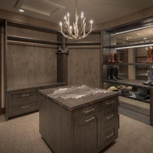 Ejemplo de armario vestidor rústico, grande, con armarios con paneles lisos, puertas de armario grises y moqueta