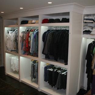 Foto de armario vestidor unisex, minimalista, grande, con armarios abiertos, puertas de armario blancas y suelo de madera oscura