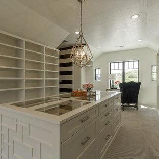 Foto de armario vestidor unisex, clásico renovado, grande, con armarios estilo shaker, puertas de armario blancas, suelo de madera clara y suelo beige