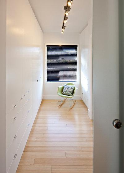 Contemporary Closet by housebrand
