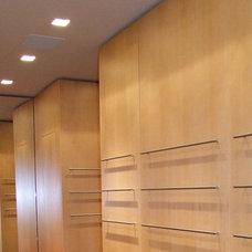 Modern Closet by Carpen House, Inc.