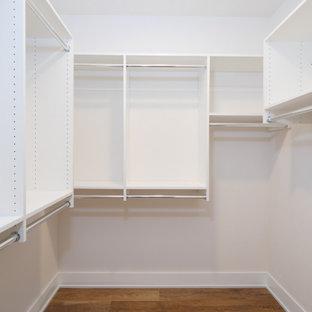Foto di una cabina armadio unisex design con nessun'anta, ante bianche, pavimento in vinile e pavimento multicolore