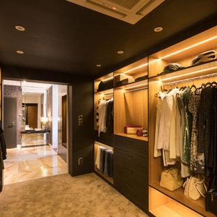 Ispirazione per una grande cabina armadio unisex minimal con nessun'anta, ante in legno scuro, moquette e pavimento beige