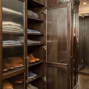 Immagine di un grande spazio per vestirsi unisex stile americano con ante in stile shaker, ante in legno bruno, pavimento in legno massello medio e pavimento marrone
