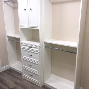 Diseño de armario vestidor unisex, clásico, pequeño, con armarios estilo shaker, puertas de armario blancas, suelo vinílico y suelo marrón