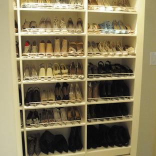 Foto de armario unisex, clásico, de tamaño medio, con puertas de armario beige