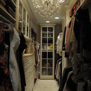 Foto de armario vestidor unisex, tradicional, grande, con armarios con paneles con relieve y puertas de armario beige