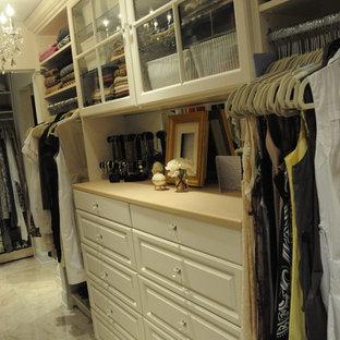 Imagen de armario vestidor unisex, clásico, grande, con armarios con paneles con relieve y puertas de armario beige