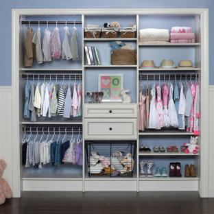 Modelo de armario y vestidor de mujer, tradicional, con armarios con paneles con relieve y puertas de armario blancas