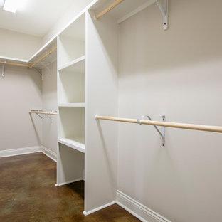 Diseño de armario vestidor unisex, clásico, de tamaño medio, con suelo de cemento y suelo marrón