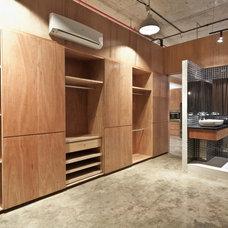 Modern Closet by Architology