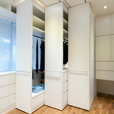 Modern Closet by Architology