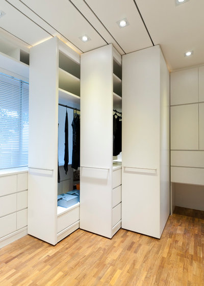 Moderne Armoire et Dressing by Architology