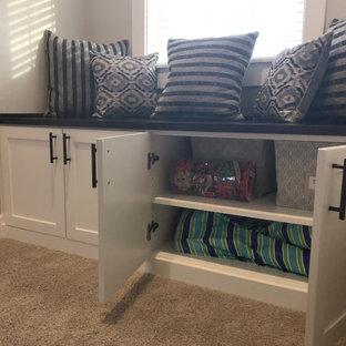Modelo de armario unisex, de estilo de casa de campo, grande, con armarios estilo shaker, puertas de armario blancas, moqueta y suelo beige