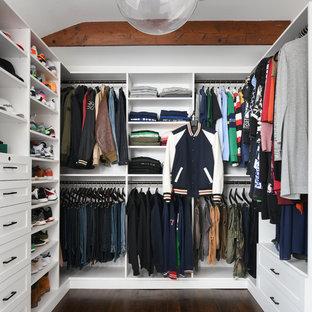 Großer, Neutraler Klassischer Begehbarer Kleiderschrank mit weißen Schränken, braunem Boden, offenen Schränken und dunklem Holzboden in New York