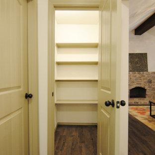 Diseño de armario vestidor unisex, ecléctico, de tamaño medio, con puertas de armario beige y suelo vinílico