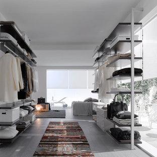 Esempio di uno spazio per vestirsi per donna minimal di medie dimensioni con nessun'anta e pavimento in legno verniciato