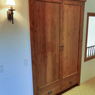 Idee per un grande armadio o armadio a muro unisex classico con ante con riquadro incassato, ante in legno scuro e moquette