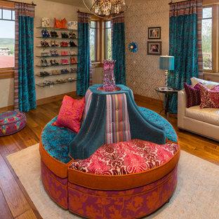 Idéer för att renovera ett stort eklektiskt omklädningsrum för kvinnor, med mellanmörkt trägolv, öppna hyllor och brunt golv