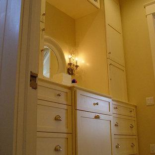 Ejemplo de vestidor de mujer, romántico, grande, con armarios estilo shaker, puertas de armario blancas y moqueta