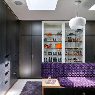 Idée de décoration pour un dressing room design pour une femme avec un placard à porte plane, des portes de placard marrons et un sol blanc.