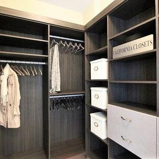 Ejemplo de armario vestidor unisex, clásico renovado, pequeño, con armarios abiertos y puertas de armario marrones