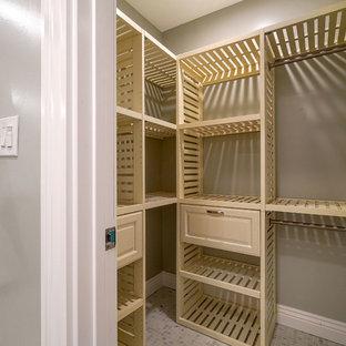 Ispirazione per una cabina armadio american style di medie dimensioni con ante con bugna sagomata, ante in legno chiaro e pavimento multicolore