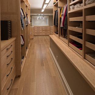 Modelo de armario vestidor unisex, de estilo americano, extra grande, con armarios abiertos, puertas de armario de madera clara, suelo de madera clara y suelo beige