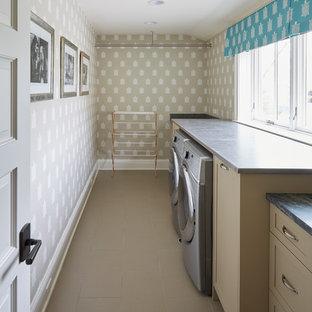 Imagen de armario vestidor unisex, romántico, de tamaño medio, con armarios con paneles con relieve, puertas de armario beige, suelo de baldosas de cerámica y suelo beige