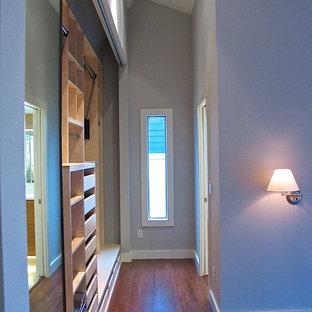 Idées déco pour un petit placard dressing moderne neutre avec un placard sans porte, des portes de placard en bois clair et un sol en bois clair.