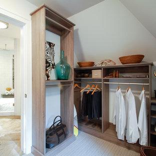 Imagen de vestidor de hombre, costero, de tamaño medio, con armarios con paneles lisos, puertas de armario de madera clara y moqueta