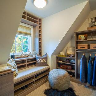 Ispirazione per uno spazio per vestirsi per uomo stile marino di medie dimensioni con ante lisce, ante in legno chiaro e moquette