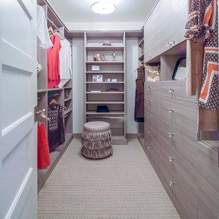 Mittelgroßer Maritimer Begehbarer Kleiderschrank mit flächenbündigen Schrankfronten, hellen Holzschränken und Teppichboden in Minneapolis