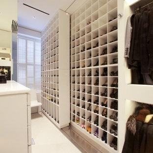 Esempio di una grande cabina armadio per donna minimal con ante bianche, moquette e nessun'anta