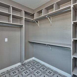 Idee per una grande cabina armadio unisex stile americano con pavimento con piastrelle in ceramica e pavimento multicolore