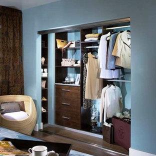 Foto de armario unisex, actual, pequeño, con armarios con paneles lisos y puertas de armario de madera en tonos medios