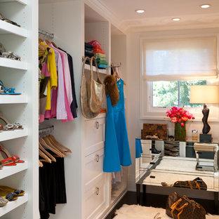 Modelo de vestidor de mujer, contemporáneo, de tamaño medio, con armarios con paneles empotrados, puertas de armario blancas y suelo de madera oscura